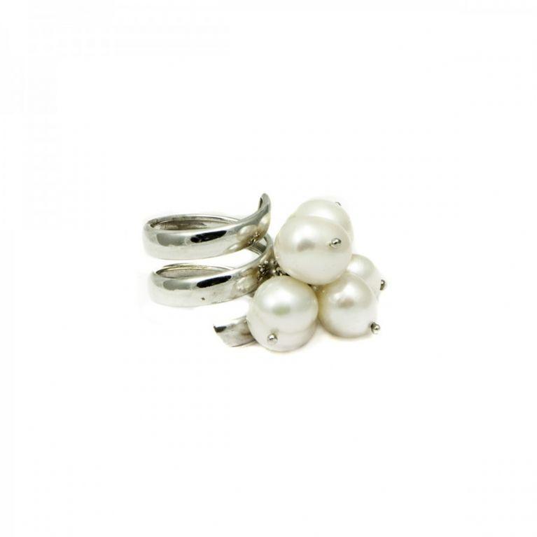 Anello in argento con grappolo di perle di fiume